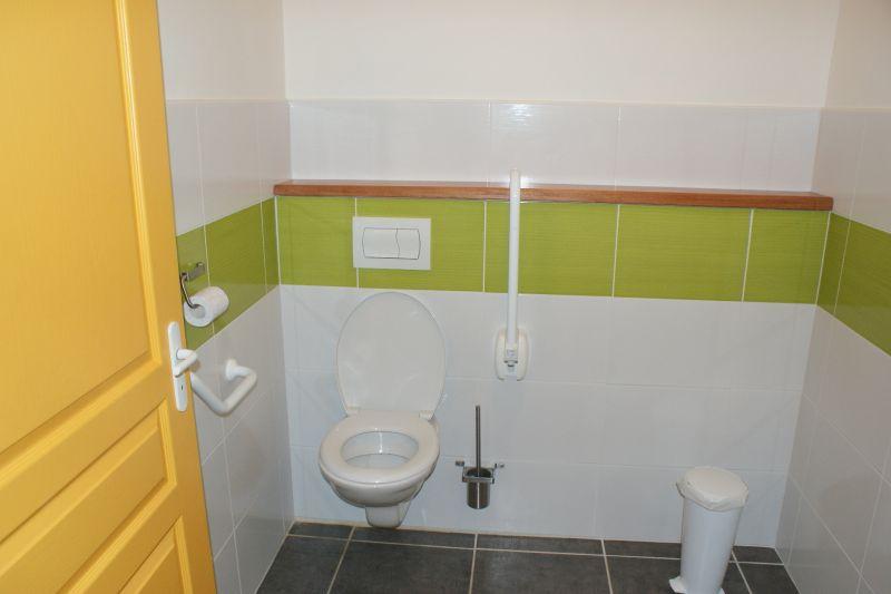 Bathroom w/toilet only Location Vacation rental 108213 La Rochelle