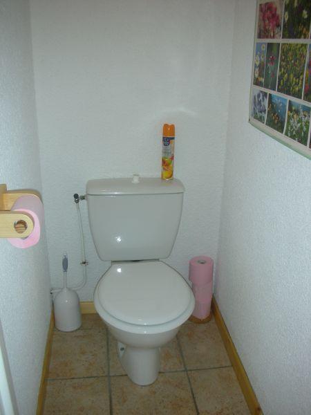 Bathroom w/toilet only Location One-room apartment 474 Bonneval sur Arc