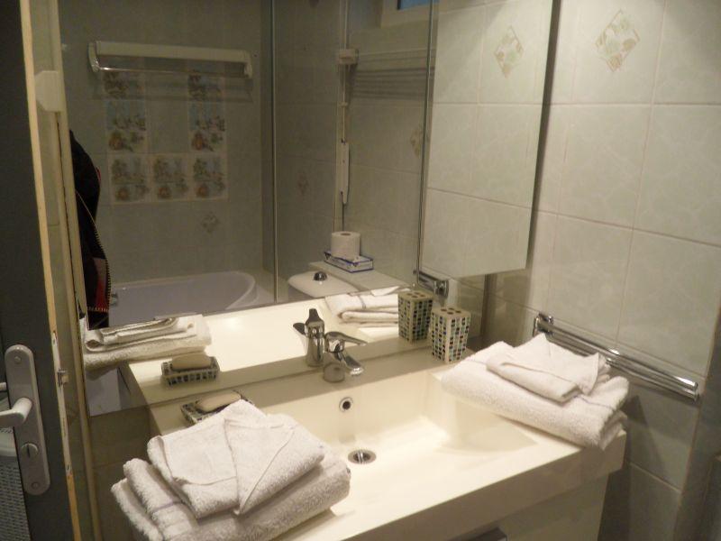 bathroom 1 Location Apartment 5542 Cannes