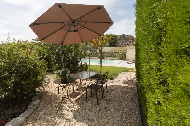 View of the property from outside Location Vacation rental 80424 Isle sur la Sorgue