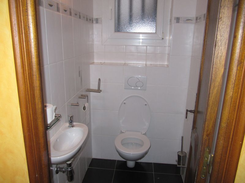 Bathroom w/toilet only Location House 100952 Anduze