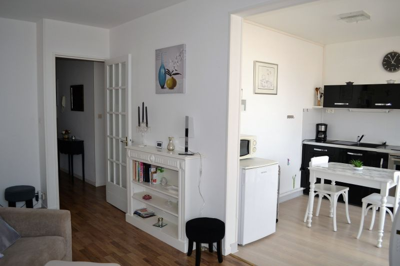 Open-plan kitchen Location Apartment 92716 Vichy