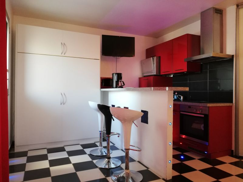 Open-plan kitchen Location One-room apartment 104668 Fréjus